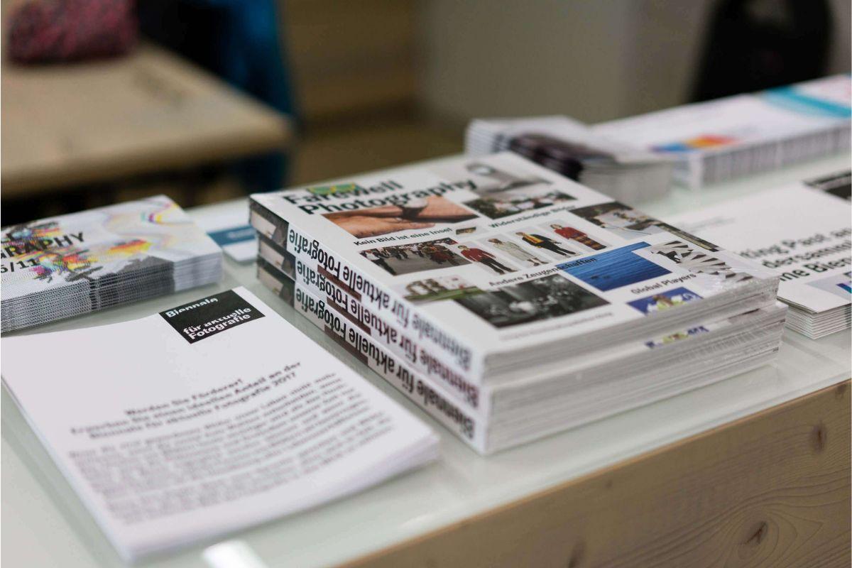 der Ausstellungskatalog, Flyer und weitere Informationsmaterialien zur Biennale für aktuelle Fotografie 2017